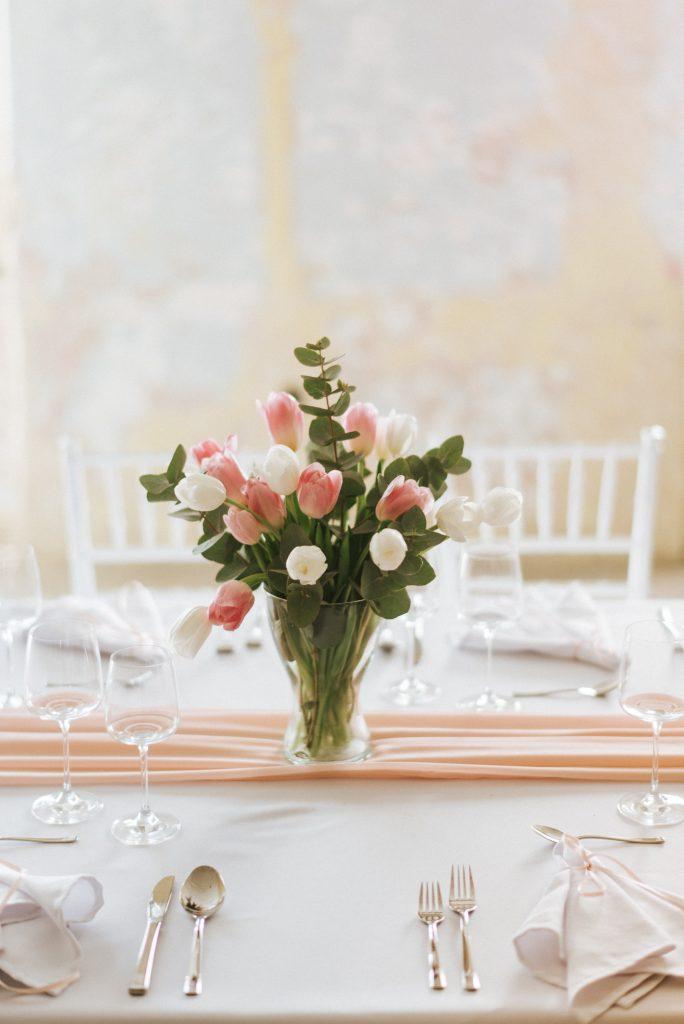 Váza plná tulipánov a eukalyptu ako jemná výzdova vašich svadobných stolov
